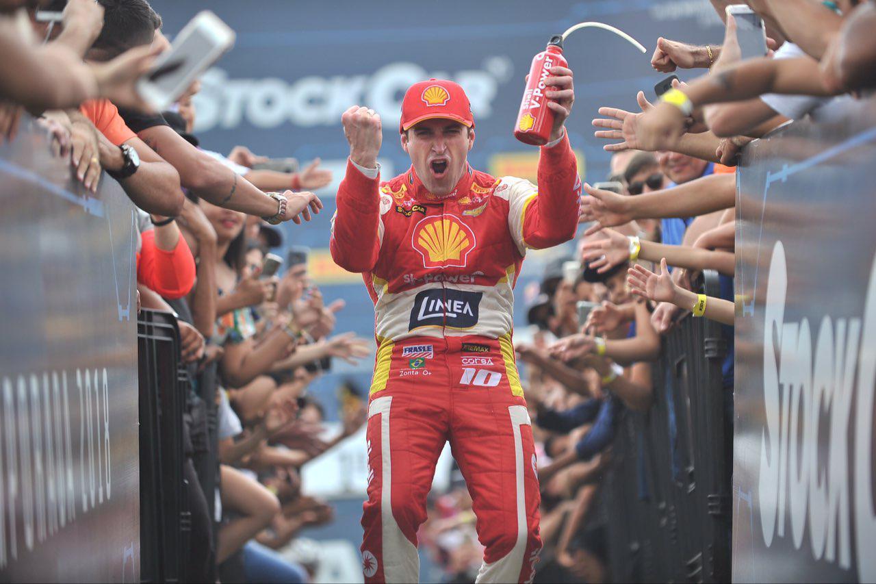 Foto de Ricardo Zonta surpreende vencendo a primeira prova, com um carro superior ao dos adversários