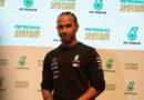 """Hamilton defende permanência do GP do Brasil em Interlagos e não vê com bons olhos a mudança para o Rio, """"Educação é muito importante"""""""