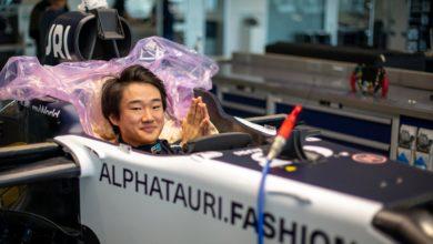 Foto de Yuki Tsunoda se prepara para teste com a AlphaTauri em Ímola