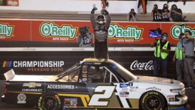 Foto de Sheldon Creed arrisca no fim e fatura o título da NASCAR Truck Series
