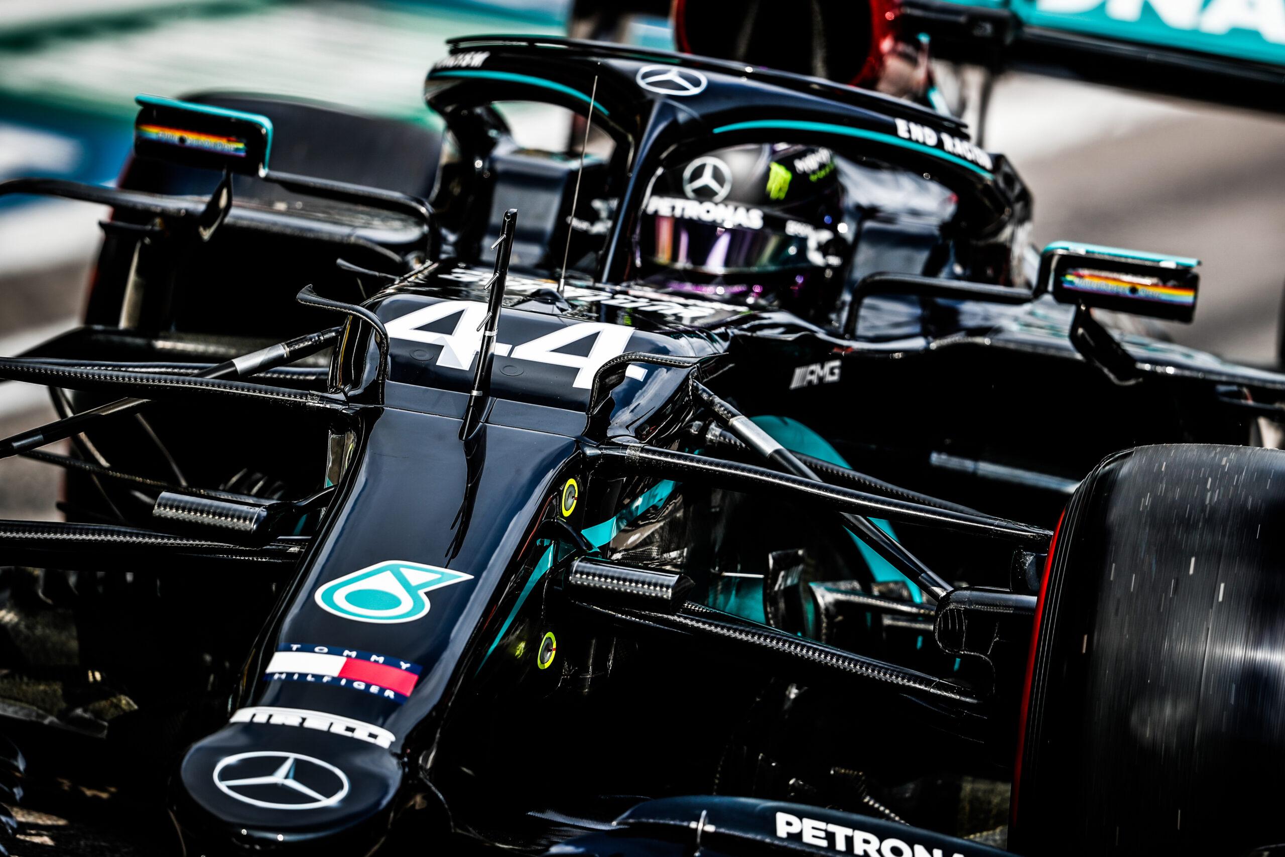 Foto de Hamilton lidera dobradinha da Mercedes no Bahrein, com Pérez na terceira posição