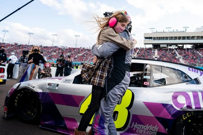 Jimmie Johnson recebe abraço da filha ao final da prova (Alejandro Alvarez | NASCAR Digital Media)
