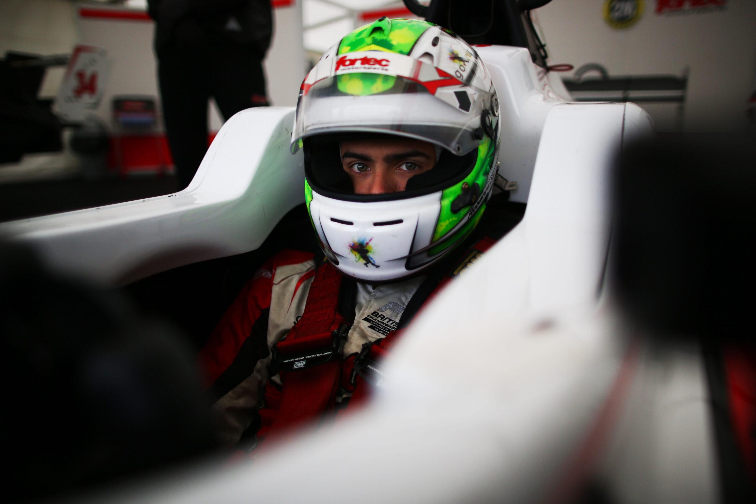 Foto de Roberto Faria, piloto da Formula 3 Britânica, conversa com o BP