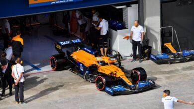 Foto de McLaren realiza a troca de componentes do motor de Ricciardo. Piloto larga de 20º